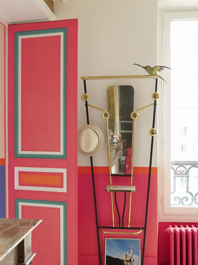 Модная французская прихожая в ярких тонах.