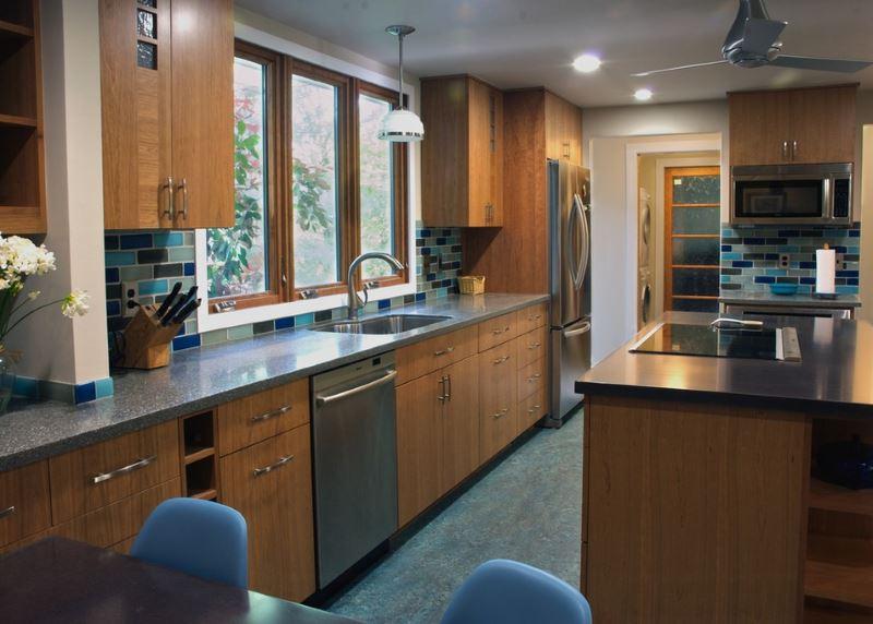 Стильная современная кухня, напольное покрытие которой оформлено темно-синим мармолеумом.