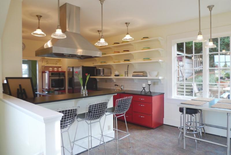 Современная кухонная зона, оформленная мармолеумом.