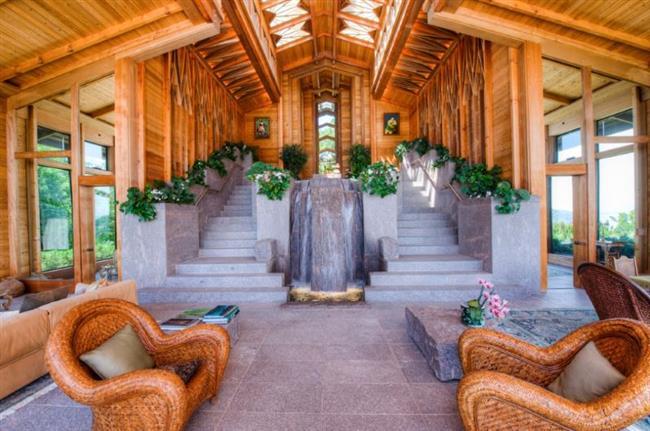 Современный особняк архитектора с водопадом в гостиной.