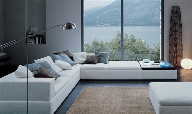 Белый диван «Теренс» со встроенным деревянным столиком.