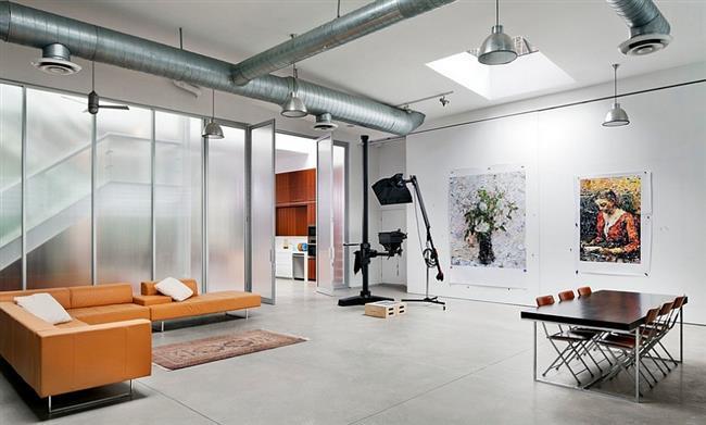 Домашняя студия с элементами индустриального стиля.