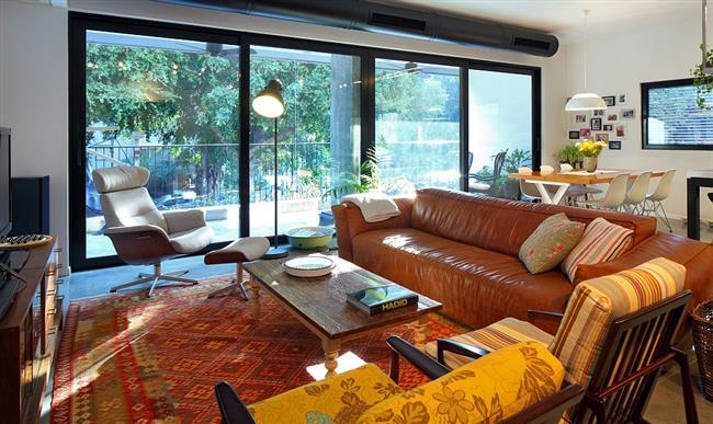 Разноцветная стильная гостиная апартаментов в Тель-Авив.