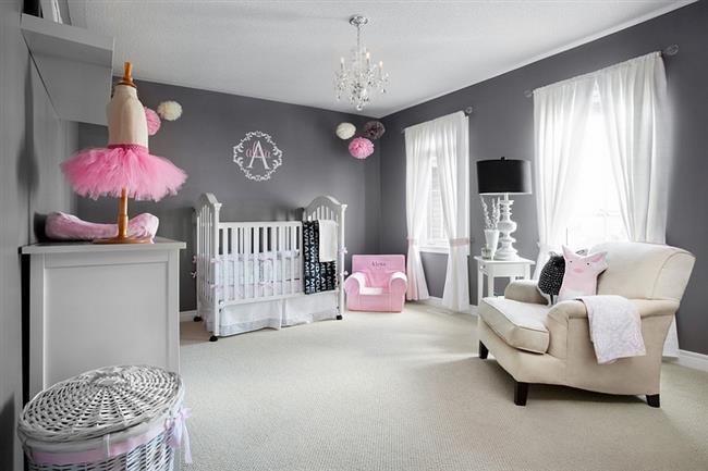 Стильная детская комната девочки с темно-серыми стенами.