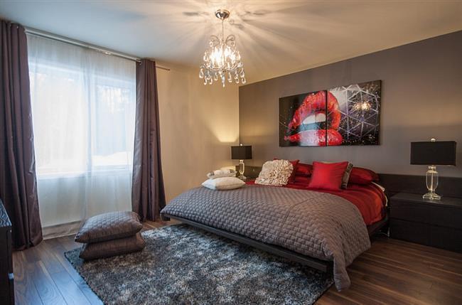 Спальня в красных и серых тонах.