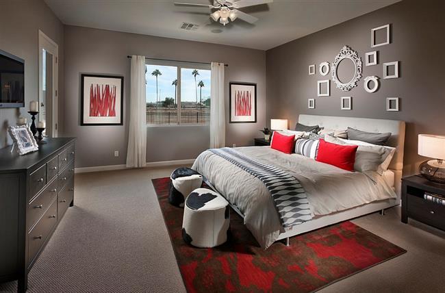 Стильная спальня с красными аксессуарами и предметами интерьера.