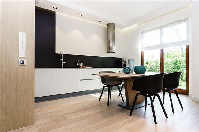 Простая кухня и столовая в минималистическом стиле.