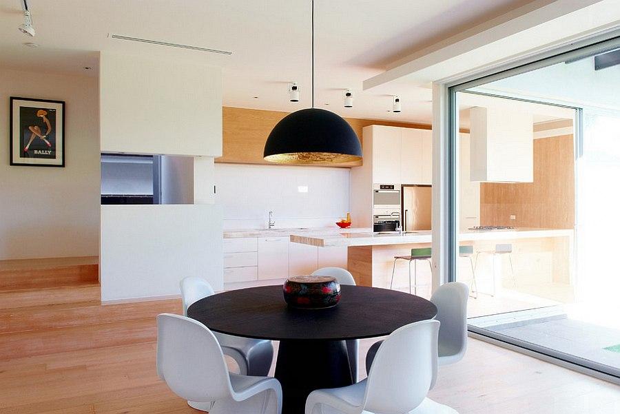 Обеденная зона, удобно расположенная рядом с кухней.