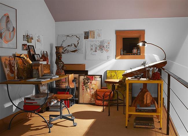 Небольшой домашний офис с мебелью в индустриальном стиле.