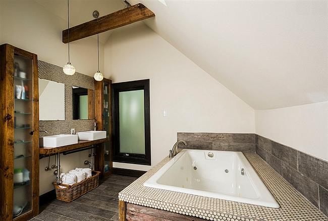Рациональное использование пространства в небольшой ванной комнате.