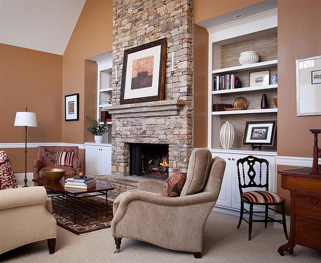 Стильная гостиная с природными обоями и камином.