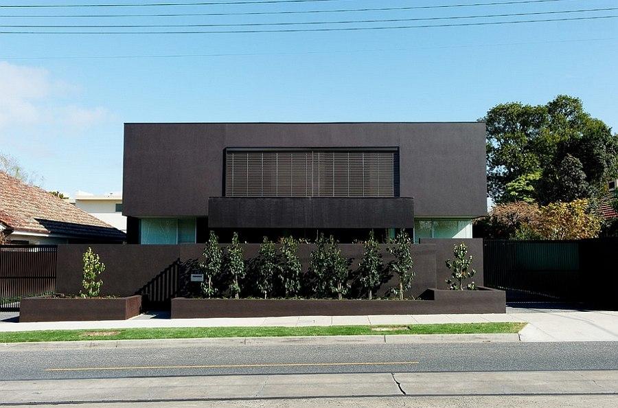 Уличный фасад австралийского дома Bindi's: дом создан в урбанистическом стиле, верхний этаж нависает над нижним.