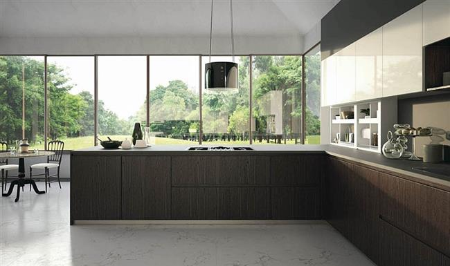 Стильная итальянская кухня с большими, широкими окнами.