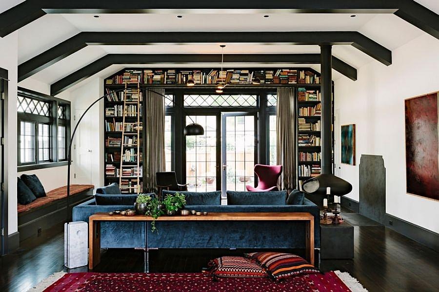 Стильный камин и мягкая мебель гостиной.