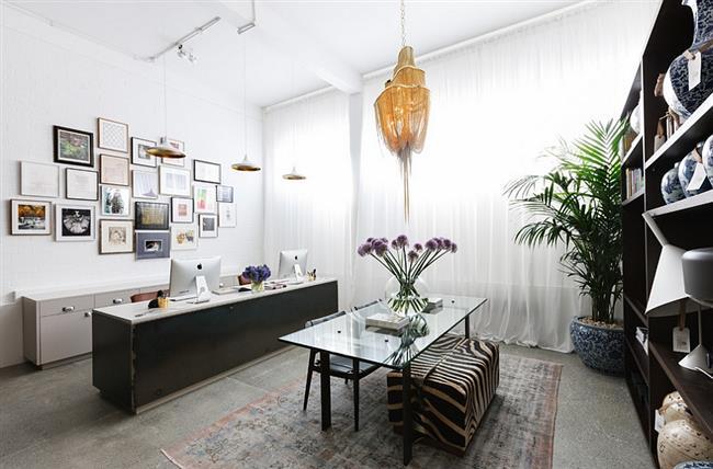 Стильный офис современного дома.