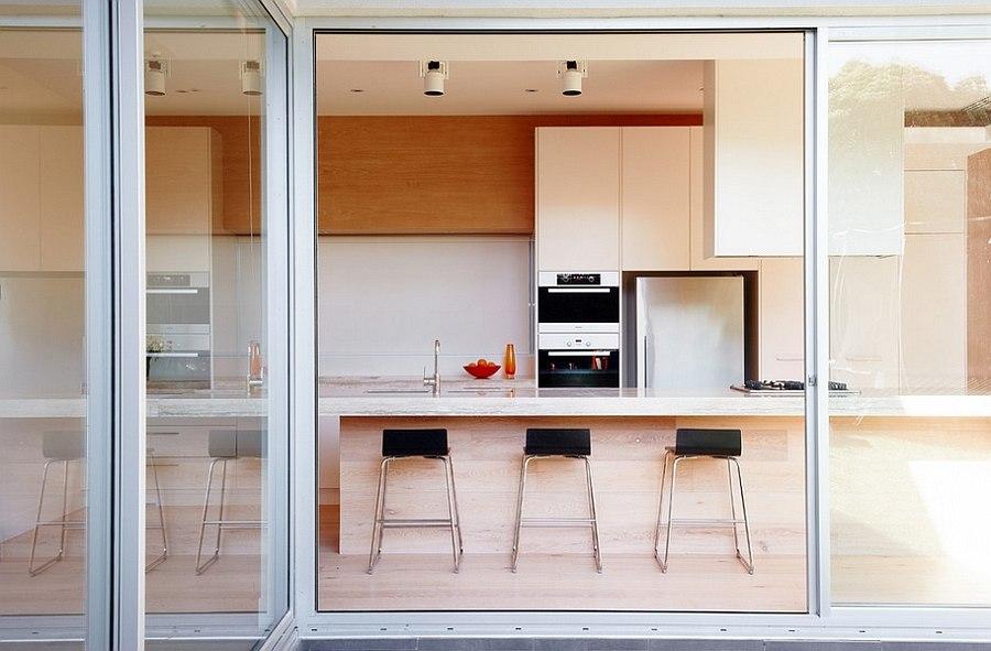 На кухне находятся гигантские окна до самого пола, которые наполняют комнату светом и теплом.