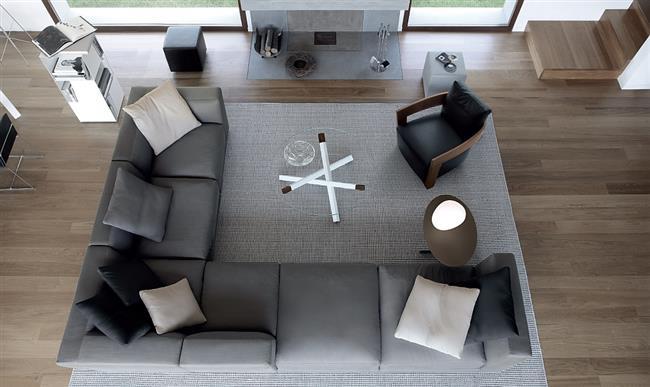 Серый стильный диван в модной гостиной.