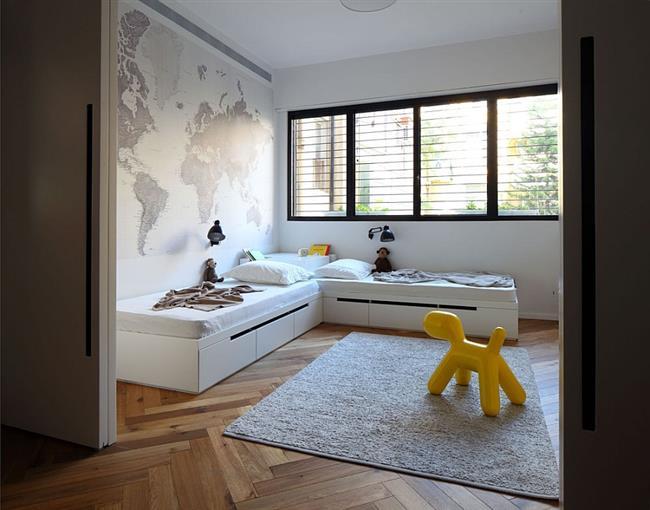 Детская комната светлых тонов в стильных апартаментах.