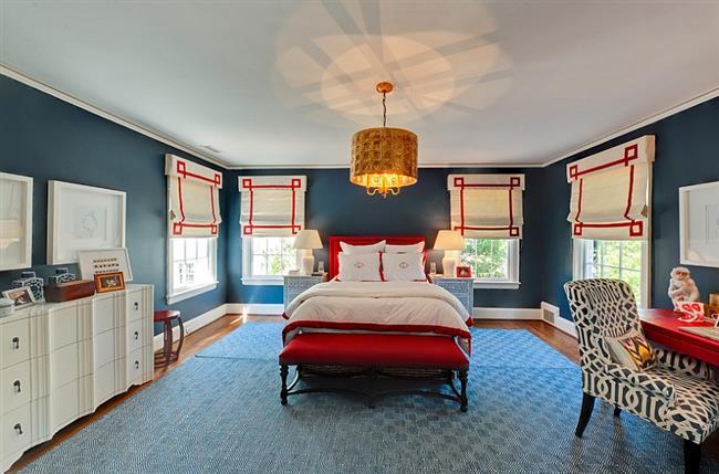 Стильная и необычная спальня в красных и синих цветах.