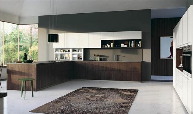 Подвесные полки и встроенные шкафы в итальянской кухне.