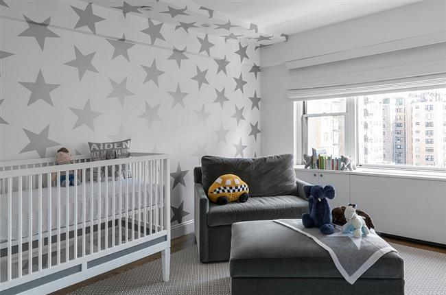 Детская комната со «звездной» стеной.