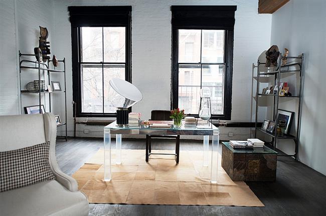 Стильный кабинет с ключевыми элементами индустриального стиля.