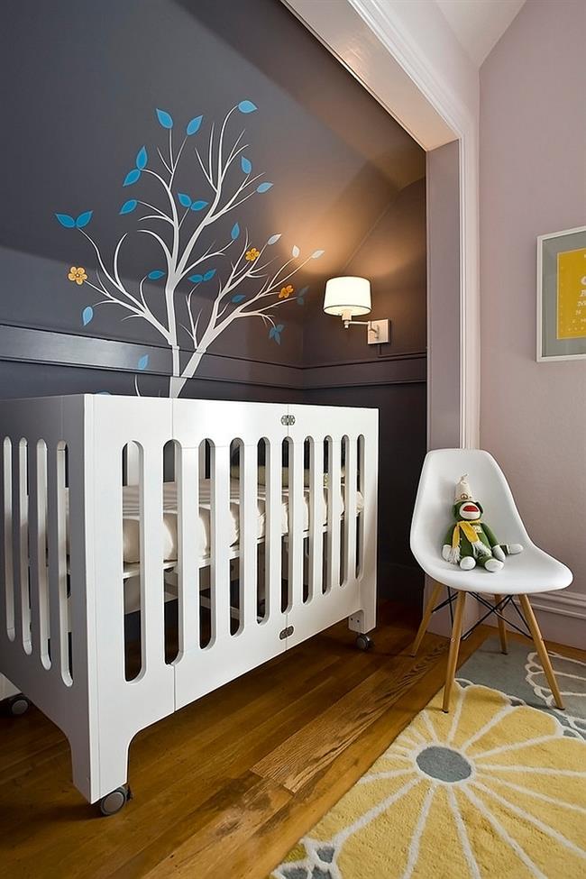 Небольшая детская комната в серых и желтых цветах.