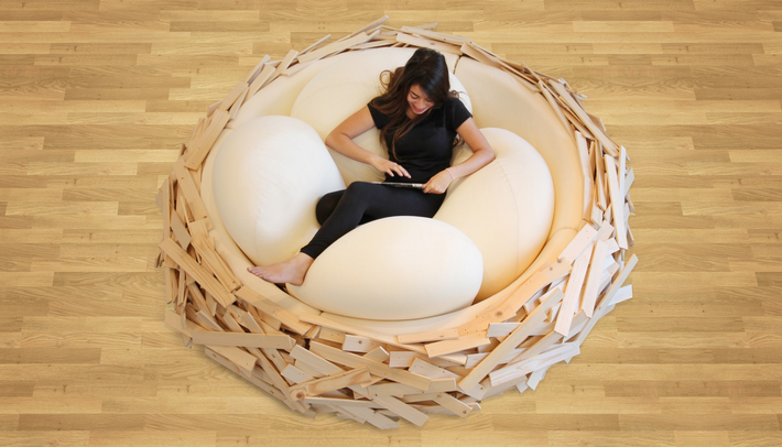 Кровать-гнездо с огромными подушками, которые напоминают яйца гигантской курицы или страуса.
