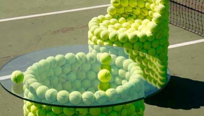 Кресло и столик из теннисных мячей.