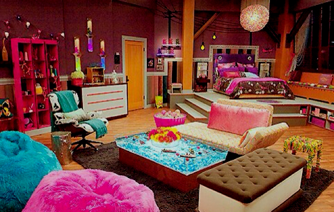 Яркая, красочная, разноцветная спальня с уютной зоной отдыха, в которой находятся комфортные кресла и маленькие диванчики, которые каждому придутся по вкусу.