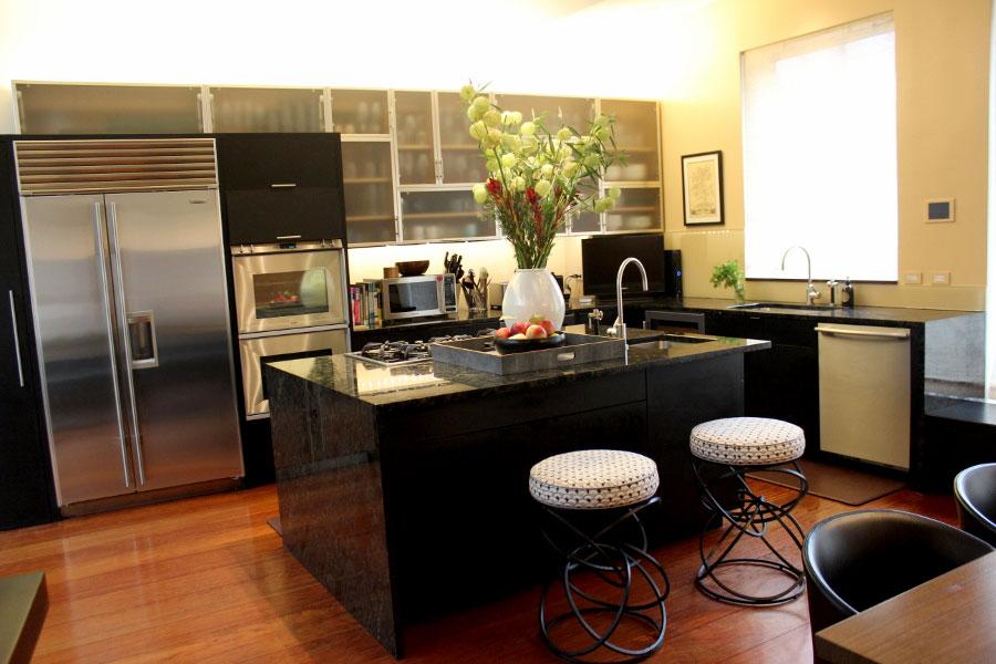 Кухонная зона на первом этаже пентхауса.