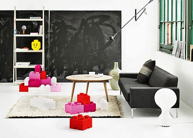 Гигантские ярко-розовые, красные и белые пуфики Лего для хранения вещей. Разноцветные «кубики» оживили гостиную в черно-белых тонах, сделали ее красочнее и веселее.