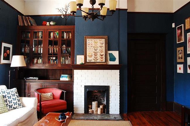 Синие стены небольшой гостиной.