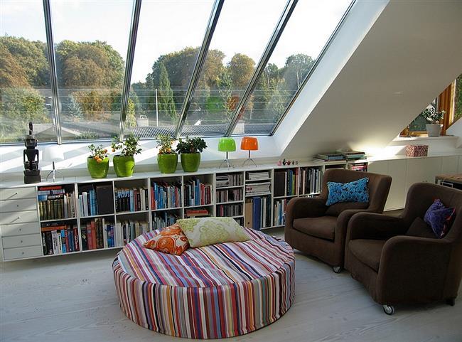 Уголок для чтения в комфортной гостиной.