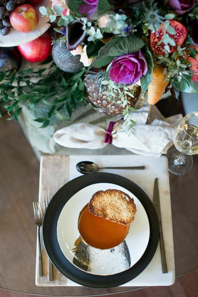 Минималистический новогодний стол, украшенный цветами.