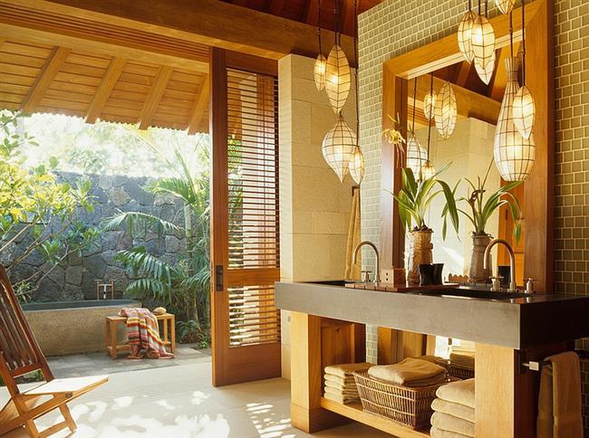 Комфортная ванная в тропическом и азиатском стилях.