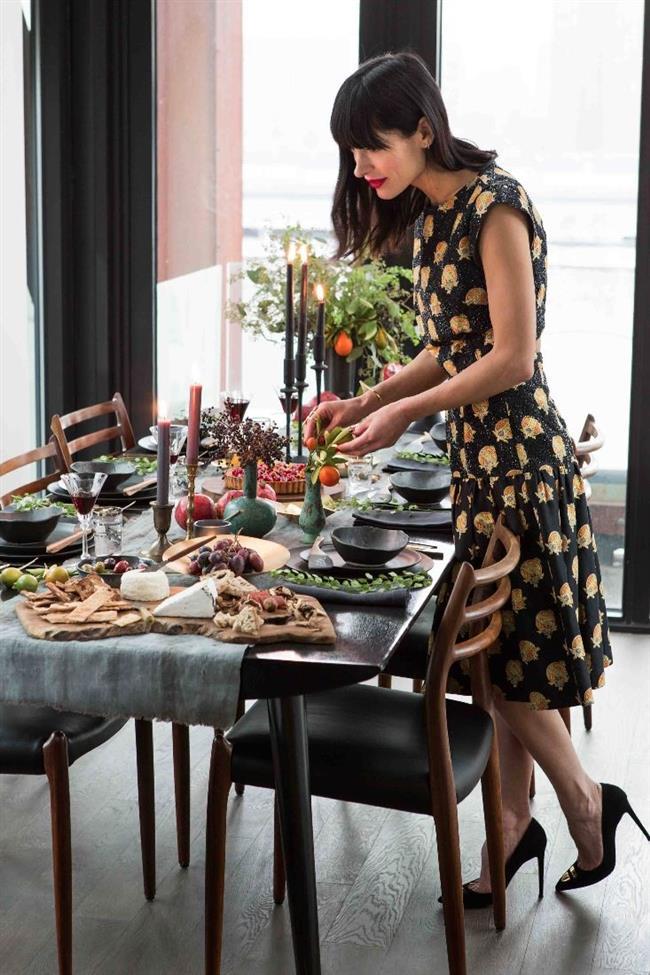Стильный новогодний стол с живыми растениями и фруктами.