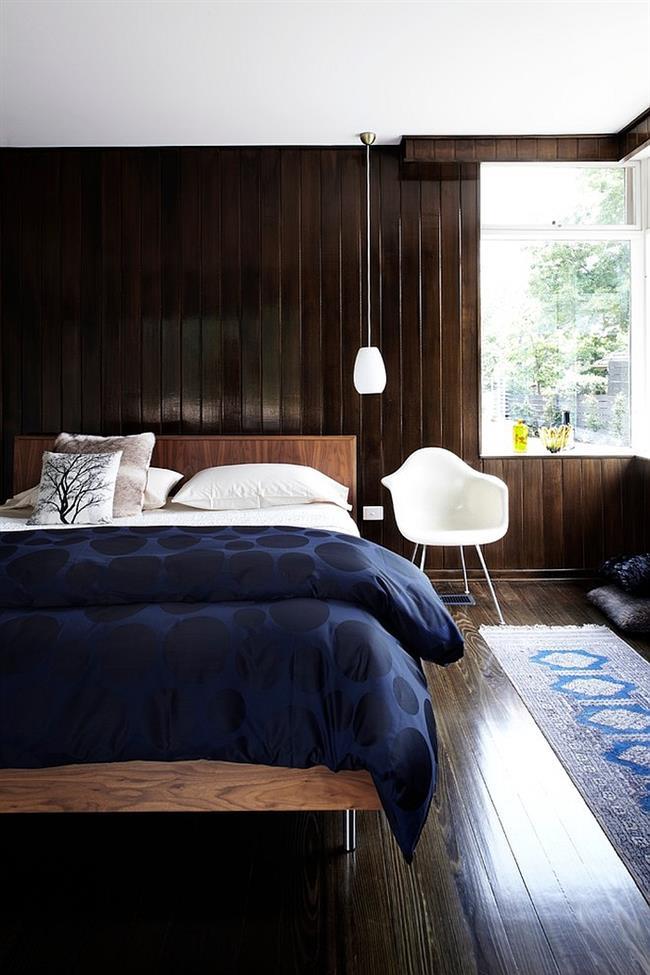 Небольшая спальня с элементами синего цвета в интерьере.