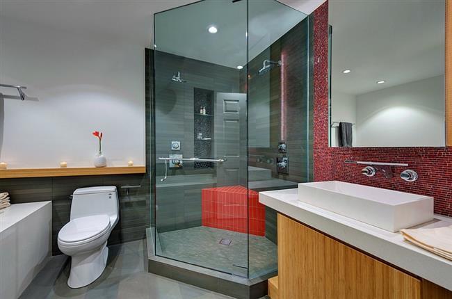 Стильная ванная с красной плиткой.