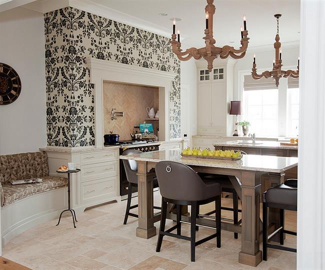 Узорчатые обои в роскошной кухне в классическом стиле.