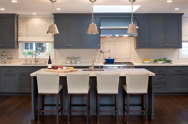 Серая мебель в интерьере современной кухни.