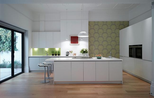 Зеленые обои на стенах минималистической кухни.