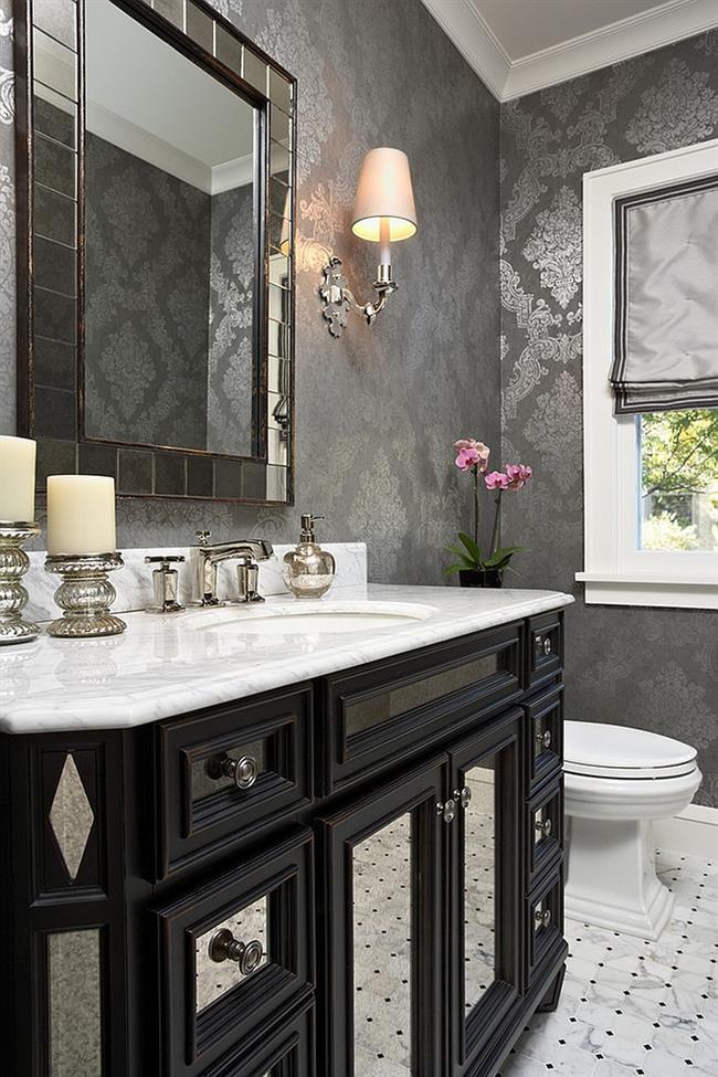 Изысканная ванная комната с серебристыми узорчатыми обоями.