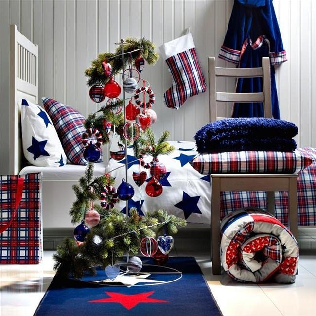 Яркая праздничная спальня в красных и синих цветах.