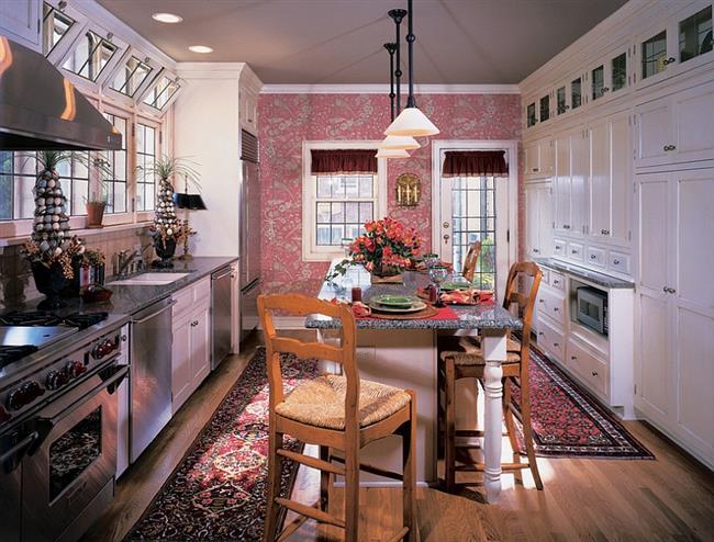 Яркие розовые обои в минималистической кухне.