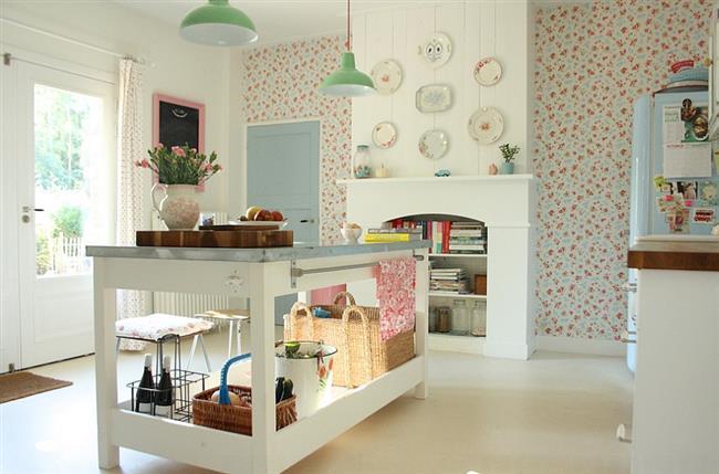 Узорчатые светлые обои в небольшой кухне.