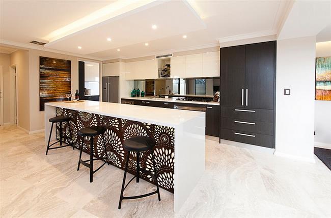 Кухонный стол, оклеенный черно-белыми обоями с рисунком.