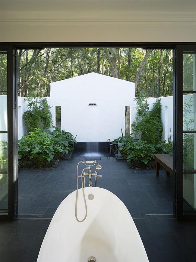 Душ и ванная внутренней, и внешней зон-спа.