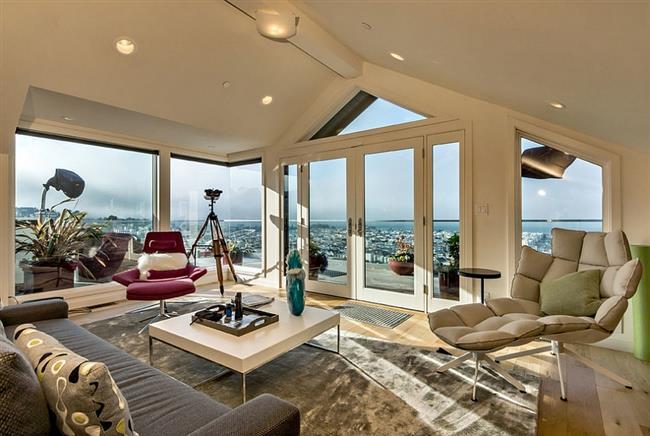 Стильная, роскошная гостиная на чердаке дома в Сан-Франциско.
