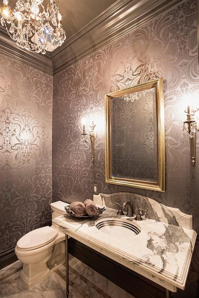 Ванная комната с хрустальной люстрой и стильными обоями.